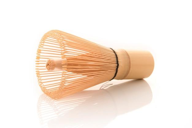 O chá de bambu whisk para o matcha no fundo branco, cultura tradicional do chá matcha japonês Foto Premium