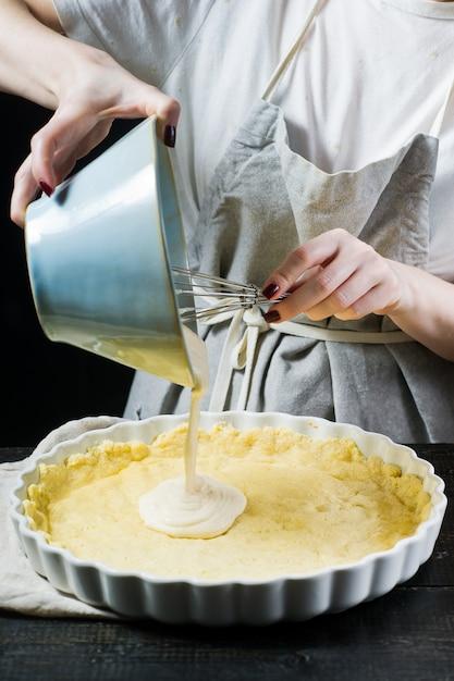 O chef prepara um bolo em uma assadeira. Foto Premium