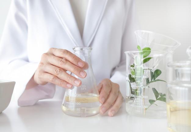O cientista faz medicina alternativa à base de plantas com ingredientes orgânicos à base de plantas em laboratório. Foto Premium