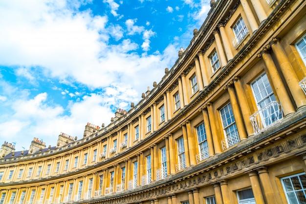 O circo - os edifícios de arquitetura icônica de estilo britânico. a rua histórica de grandes moradias na cidade de bath. Foto Premium