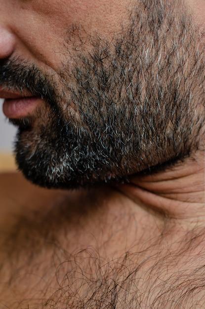 O close-up cortou o retrato de um homem com cerda ou restolho de cabelos grisalhos. Foto Premium