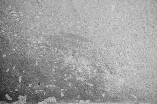 O close-up da parede do cimento branco descascou a pintura causada pela água e pela luz solar. parede da casca da pintura de casa branca com mancha preta. preto e branco do fundo da textura. Foto Premium