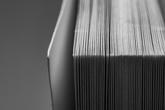 O close up de um livro branco Foto Premium