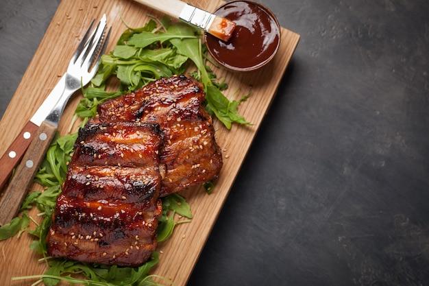 O close up dos reforços de carne de porco grelhou com molho do bbq. Foto Premium
