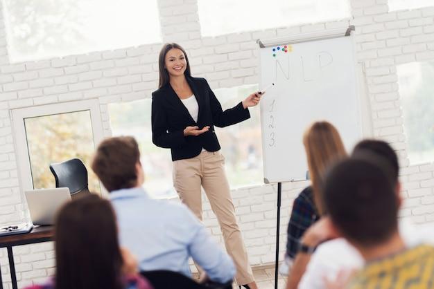 O coacher atrativo novo da mulher está conduzindo o seminário. Foto Premium
