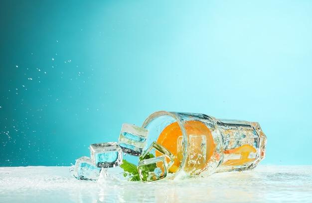 O cocktail exótico rosa e frutas em azul Foto gratuita