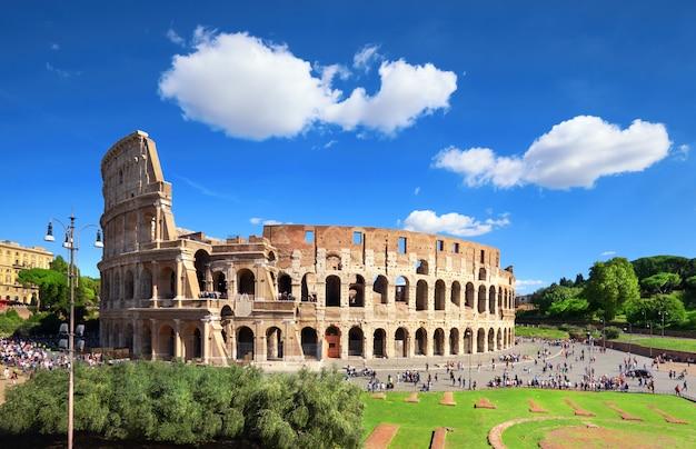 O coliseu ou coliseu, também conhecido como o anfiteatro flaviano em roma Foto Premium