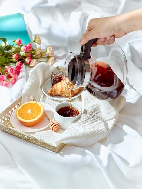 O conceito de amor na mesa com café da manhã Foto gratuita