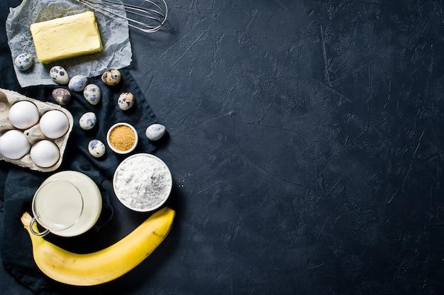 O conceito de cozinhar torta de banana. Foto Premium