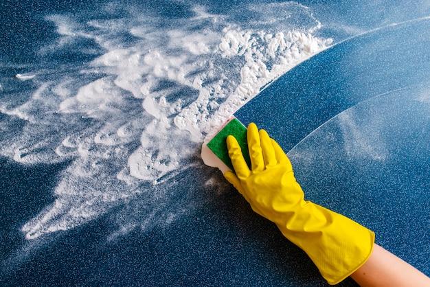 O conceito de limpeza da casa, limpando manchas e poeira. Foto Premium