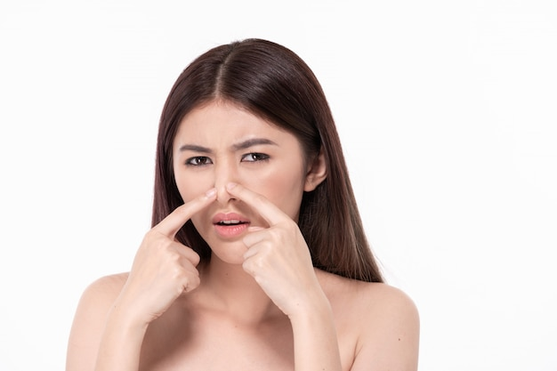 O conceito de mulher bonita e saudável. mulheres bonitas estão passando por problemas de pele. mulheres bonitas estão apertando acne no rosto. Foto Premium