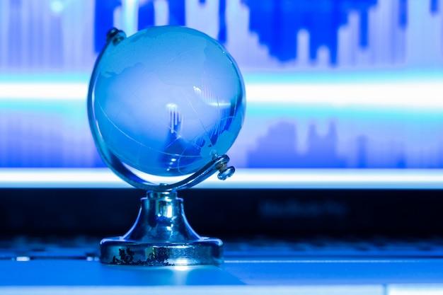 O conceito de negócio do mundo do vidro em um laptop Foto gratuita