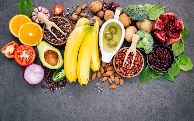 O conceito do alimento saudável estabelece-se no espaço concreto escuro da cópia do fundo. Foto Premium