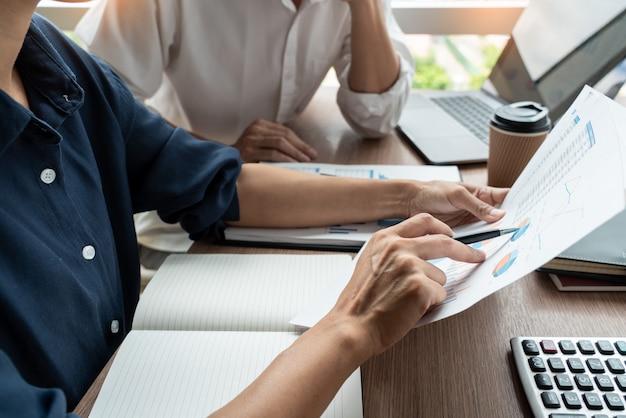 O conceito dos trabalhos de equipa, executivos empresariais que discutem o documento trabalha na reunião na entrada moderna do escritório. Foto Premium