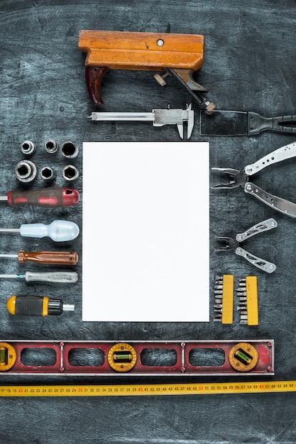 O conjunto de ferramentas de construção na mesa de madeira Foto gratuita
