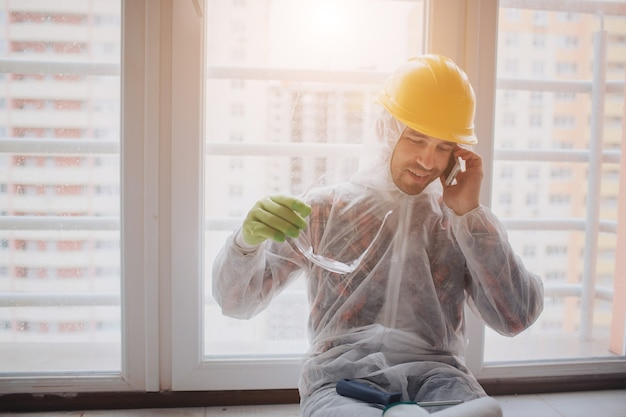O construtor trabalha no canteiro de obras Foto Premium
