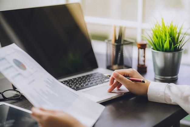 O contador que verifica documentos sobre gráfico e carta financeiro e tributário Foto Premium
