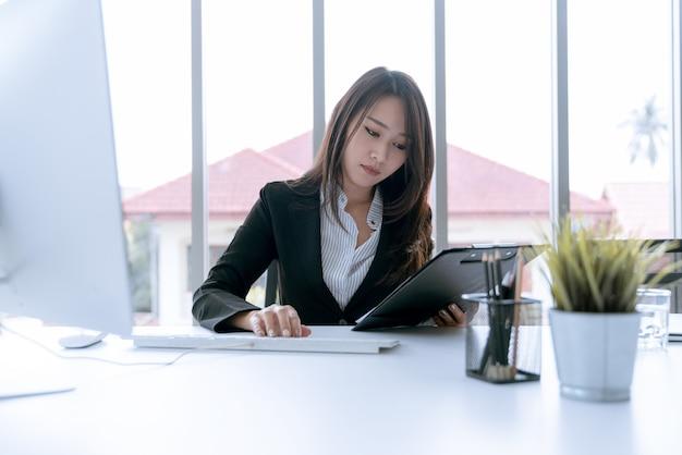 O contador que verifica documentos sobre relatório financeiro gráfico e gráfico e imposto Foto Premium