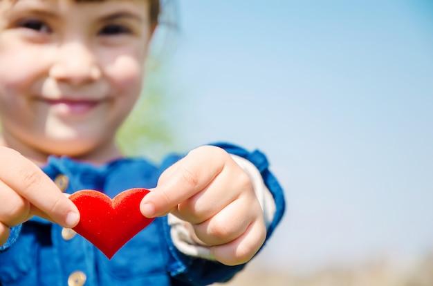 O coração está nas mãos da criança Foto Premium