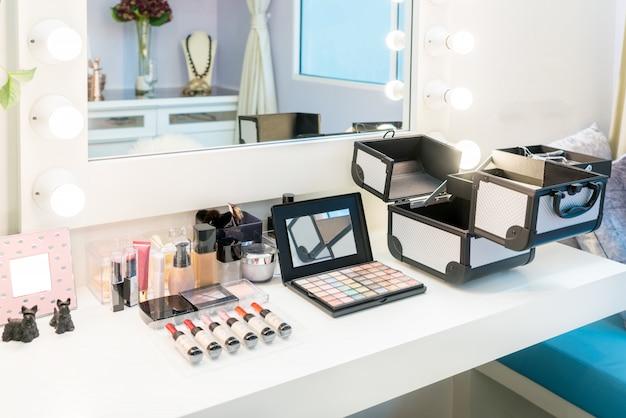 O cosmético ajustou-se com sombra para os olhos, forro do olho e pó na tabela de molho de madeira na casa. Foto Premium