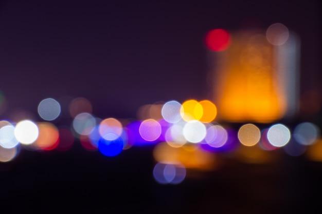 O crepúsculo da noite borrou o bokeh claro no fundo do centro de banguecoque do sumário. Foto Premium
