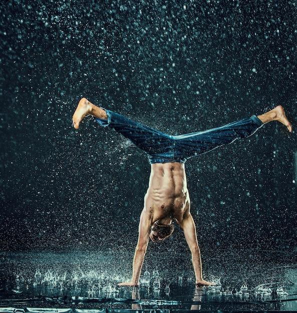 O dançarino de break masculino na água. Foto gratuita