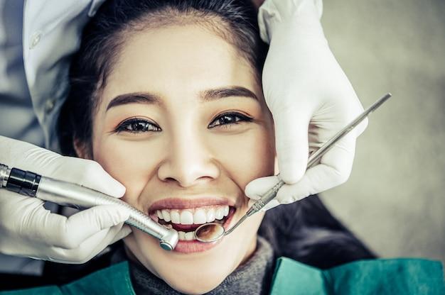 O dentista examina os dentes do paciente. Foto gratuita