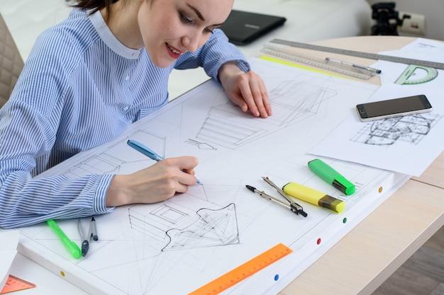 O desenho do design do novo edifício, o arquiteto em ação Foto Premium