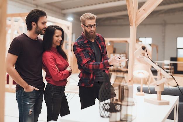 O designer está mostrando um cara e uma garota de amostras de madeira. Foto Premium