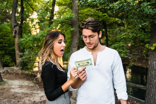 O dinheiro é gasto rapidamente em um casal recém-casado Foto Premium