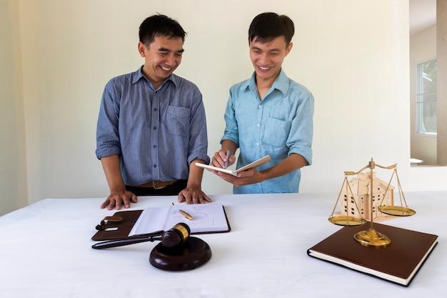O dono de casa discute com o advogado sobre a lei de alojamento. Foto Premium