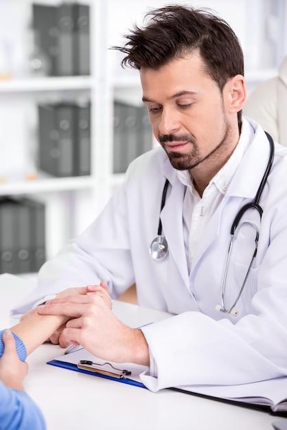O doutor está verificando a pressão sanguínea do paciente na sala médica. Foto Premium