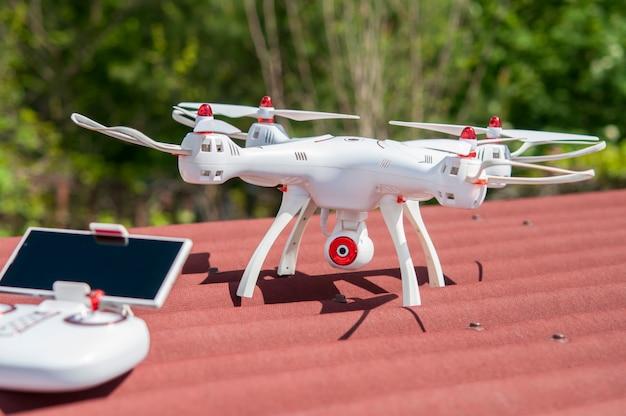 O drone com o painel de controle no telhado. Foto Premium
