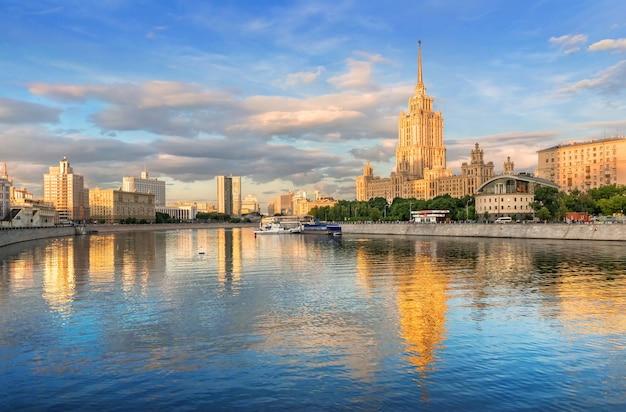 O edifício do antigo hotel ucrânia com reflexo no rio moscou Foto Premium
