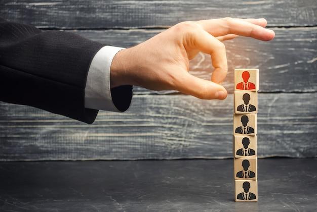 O empresário remove / dispensa o empregado da equipe. Foto Premium