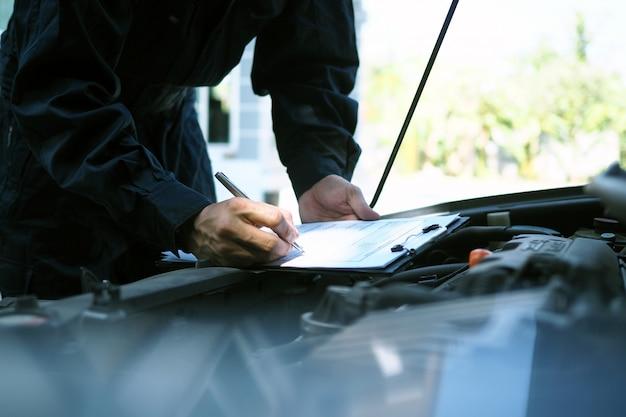 O engenheiro do motor está verificando e consertando o carro. serviços de cuidados fora do local Foto Premium