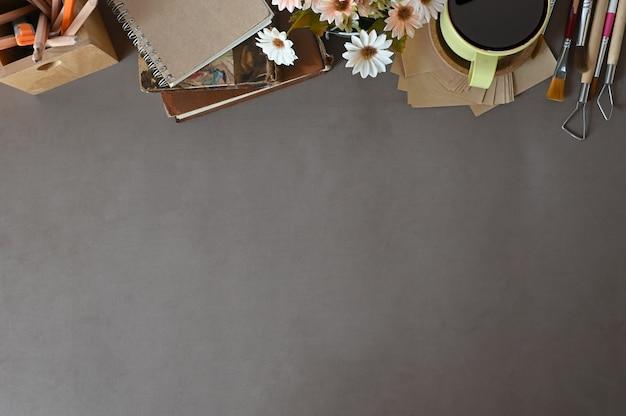 O espaço de trabalho da opinião superior do trabalho de mesa registra o café, decoração da flor no espaço da cópia da mesa de escritório. Foto Premium