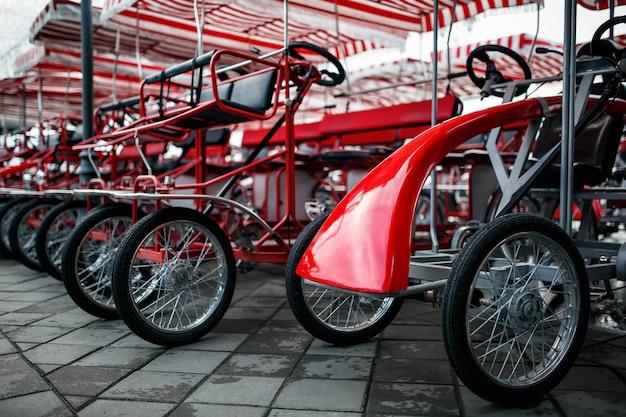 O estacionamento de bicicletas de quatro rodas, velomobiles Foto Premium