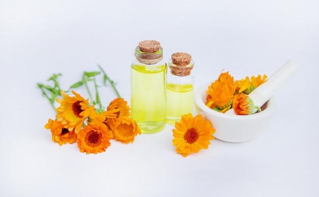 O extrato de calêndula. plantas medicinais. Foto Premium