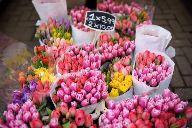 O famoso mercado de flores de amsterdã (bloemenmarkt). tulipas multicoloridas. Foto Premium