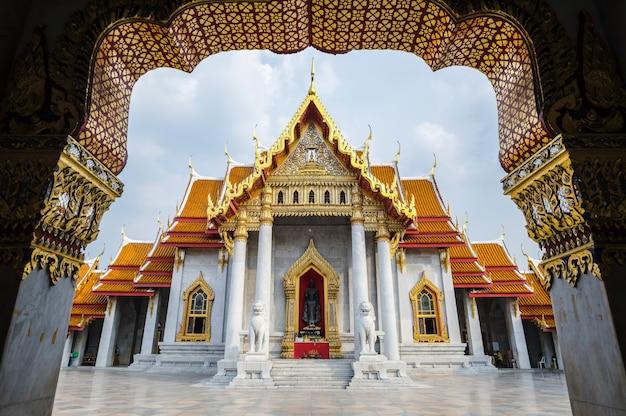 O famoso templo de mármore benchamabophit de bangkok, tailândia Foto Premium