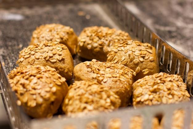 O fermento fresco rola com flocos e cereais da aveia. nutrição apropriada Foto Premium