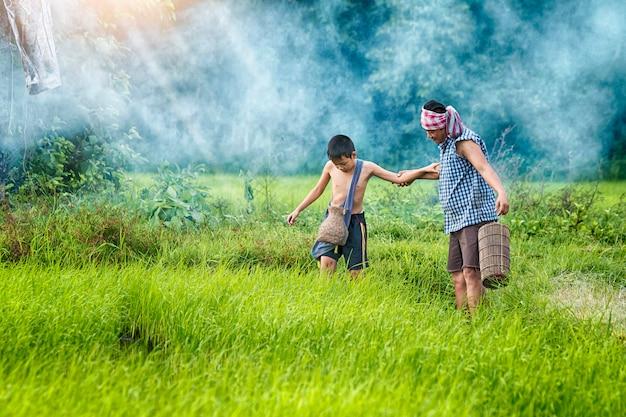O filho jogando enquanto seu pai Foto Premium
