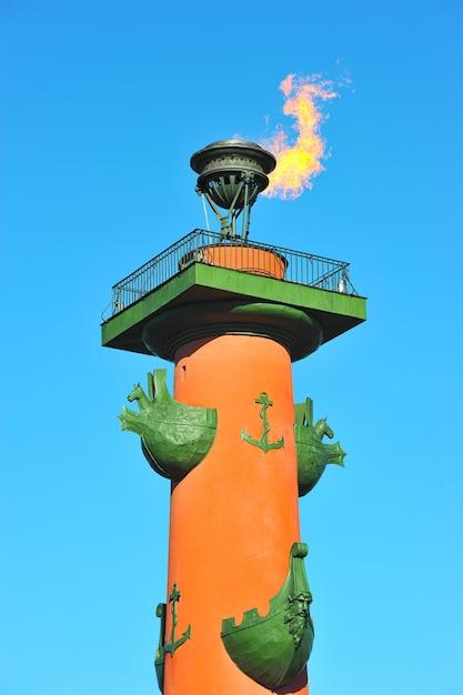 O fogo das colunas rostral em são petersburgo, rússia Foto Premium