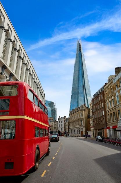 O fragmento e o velho ônibus vermelho de londres Foto Premium