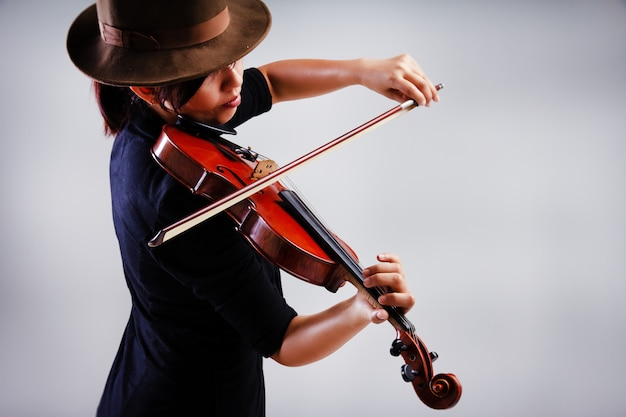 O fundo de projeto de arte labstract de ady está tocando violino, tom de luz quente, luz embaçada ao redor Foto Premium