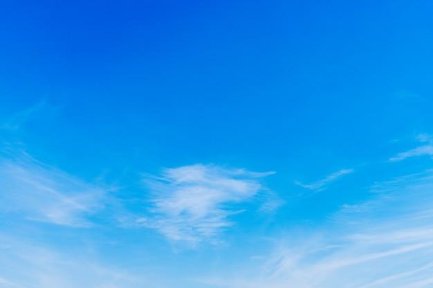O fundo do céu azul é brilhante e bonito na manhã. Foto Premium