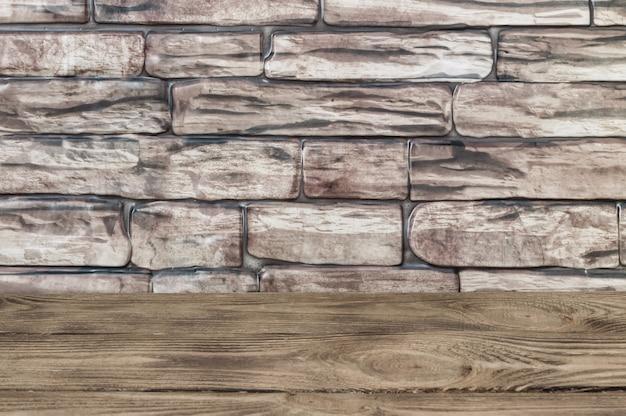 O fundo é uma parede de grandes tijolos marrons e tábuas de madeira. Foto Premium