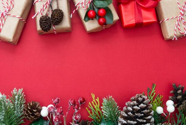 O fundo vermelho do natal com caixas de presente e decorações copia o espaço. Foto Premium