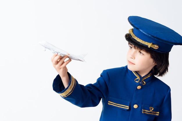 O garotinho aprende a profissão de piloto. Foto Premium